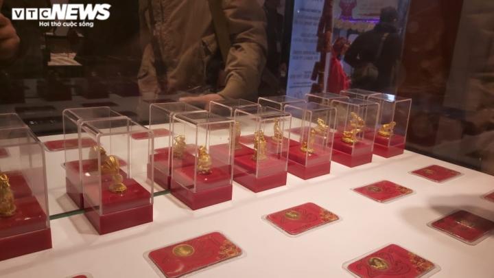Người Hà Nội xếp hàng từ mờ sáng chờ mua vàng cầu may ngày vía thần Tài - 4
