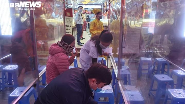 Người Hà Nội xếp hàng từ mờ sáng chờ mua vàng cầu may ngày vía thần Tài - 3