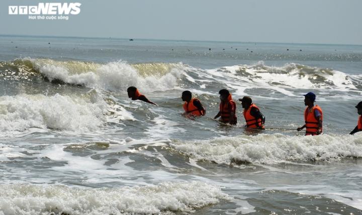 Cứu học sinh bị sóng cuốn, bảo vệ mất tích theo: Tìm thấy thi thể 2 nạn nhân - 1