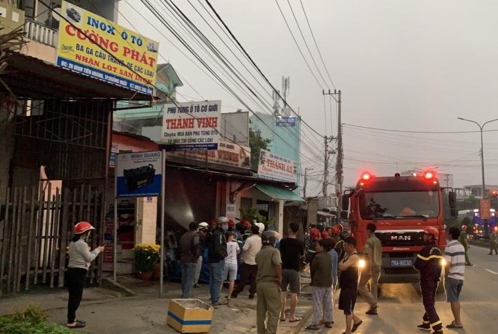 Giải cứu hai cha con mắc kẹt trong đám cháy tòa nhà 3 tầng ở Quảng Ngãi - 1