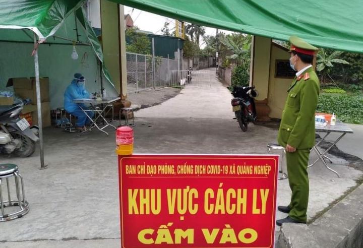 Ban Chỉ đạo phòng chống COVID-19 xã Quảng Nghiệp phong tỏa nơi người nghi nhiễm sinh sống. Ảnh: Tứ Kỳ.