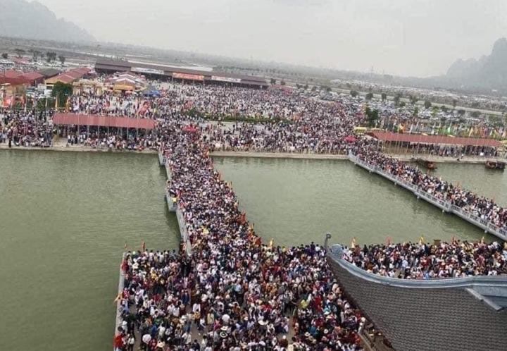 Trong biển người chen chúc lễ chùa, có mấy ai hướng về Phật? - 1