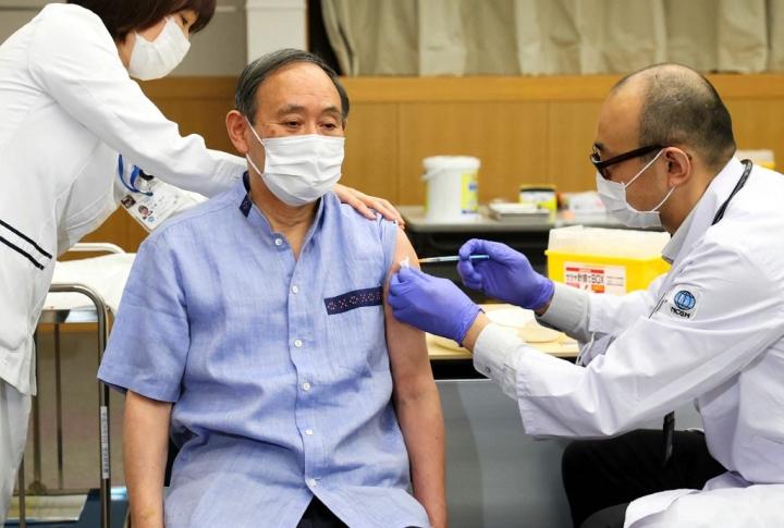 Thủ tướng Nhật Bản tiêm vaccine COVID-19 - 1