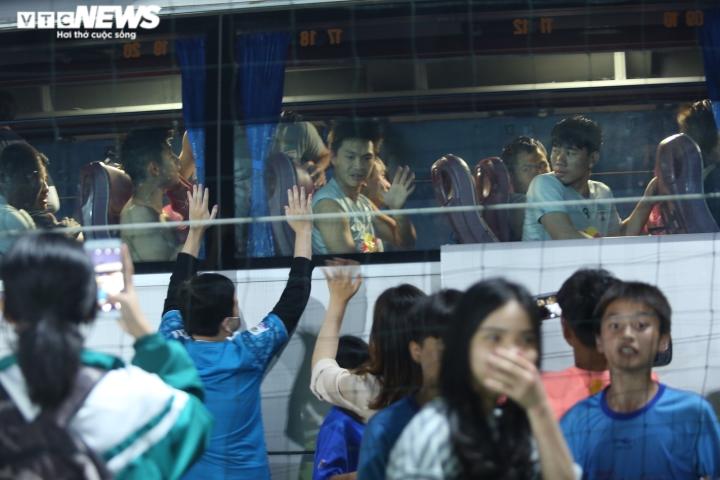 Cổ động viên Hà Tĩnh kéo đến kín sân xem Công Phượng, Văn Toàn tập luyện - 16