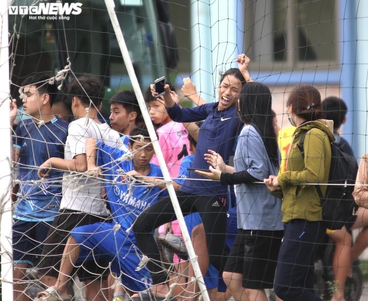 Cổ động viên Hà Tĩnh kéo đến kín sân xem Công Phượng, Văn Toàn tập luyện - 7
