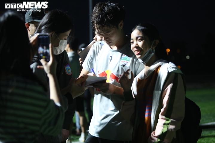 Cổ động viên Hà Tĩnh kéo đến kín sân xem Công Phượng, Văn Toàn tập luyện - 15