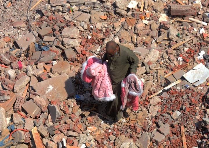 Kỳ diệu em bé sống sót trong đống đổ nát nhà 10 tầng bị sập - 1