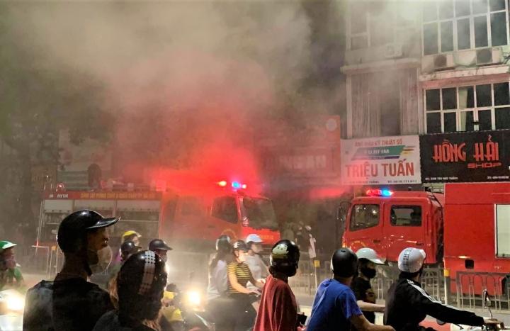 Hà Nội: Cháy lớn trên phố Tôn Đức Thắng, 4 người thiệt mạng - 1