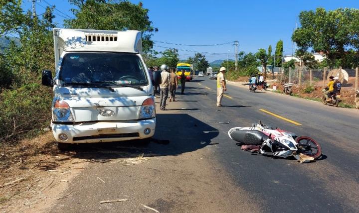 Ô tô tải va chạm xe máy, 3 người cùng gia đình thương vong - 1