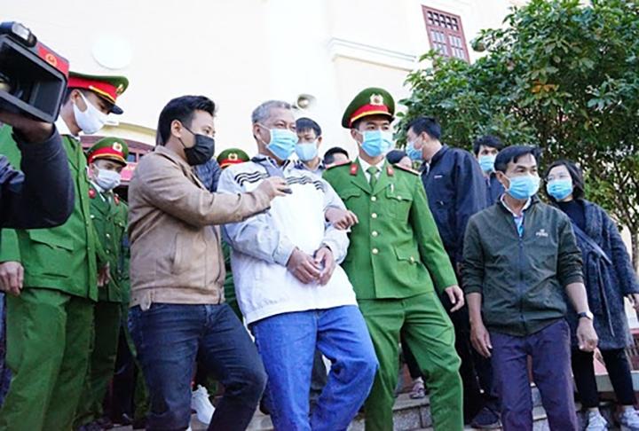 Trịnh Sướng cùng các bị cáo tại phiên tòa trước đó.