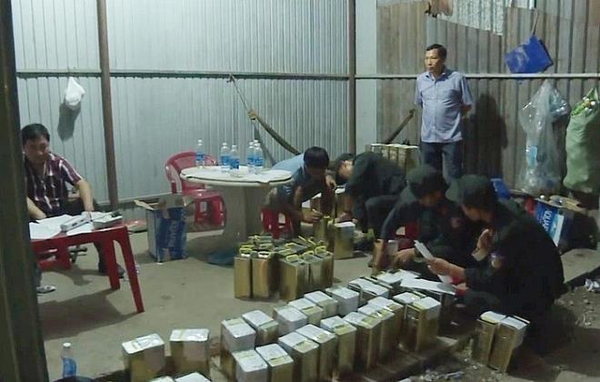 Công an thu giữ nhiều hóa chất để sản xuất xăng giả tại cơ sở của Trịnh Sướng.