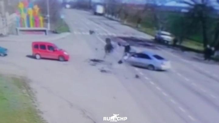 Video: Tông thẳng vào ô tô, nam thanh niên bắn lên không trung, bay xa chục mét