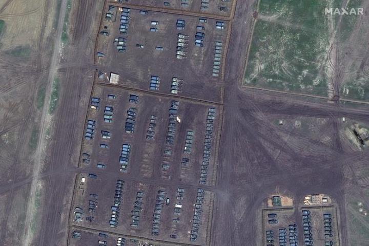 Ảnh vệ tinh cho thấy Nga điều động loạt chiến cơ và khí tài tới gần Ukraine - 1