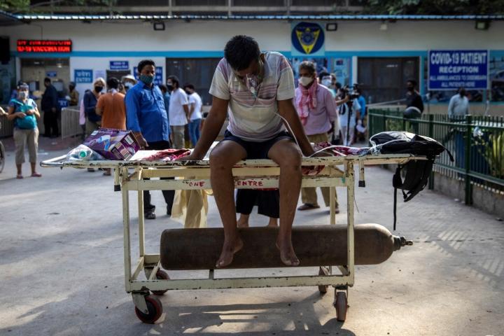 COVID-19 bùng phát: Bệnh viện Ấn Độ thiếu oxy, đài hóa thân quá tải - 1