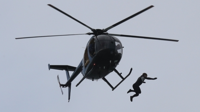'Người bay' nhảy từ độ cao 40 mét mà không cần dù - 1