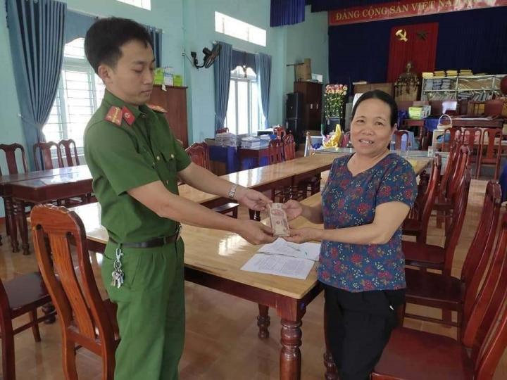 Cô học trò nghèo ở Quảng Nam trả 20 triệu đồng cho người đánh rơi - 2