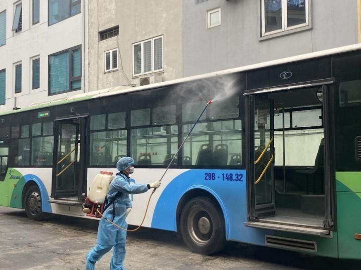 Hà Nội yêu cầu xe buýt, taxi không được chở khách quá 50% ghế ngồi - 1
