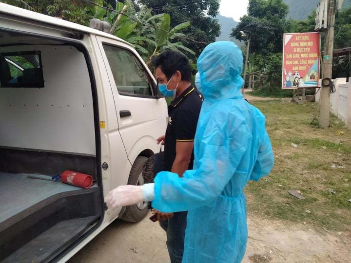COVID-19 diễn biễn phức tạp vẫn xẻ rừng vượt biên sang Lào thăm bà con