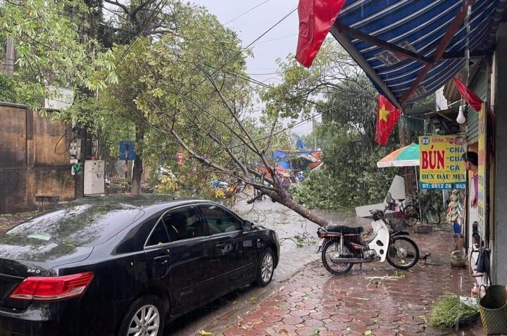 Ảnh: Hà Nội mưa lớn, nhiều tuyến phố Thủ đô biến thành sông - 2