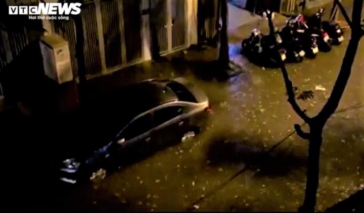 Ảnh: Hà Nội mưa lớn, nhiều tuyến phố Thủ đô biến thành sông - 6