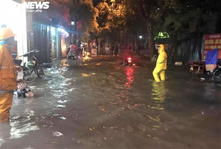 Ảnh: Hà Nội mưa lớn, nhiều tuyến phố Thủ đô biến thành sông - 11