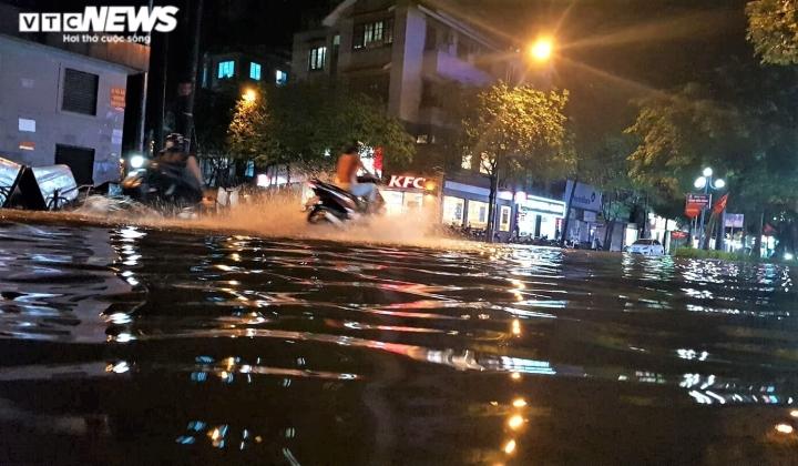 Ảnh: Hà Nội mưa lớn, nhiều tuyến phố Thủ đô biến thành sông - 7