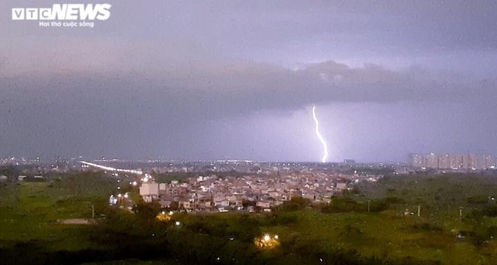 Ảnh: Hà Nội mưa lớn, nhiều tuyến phố Thủ đô biến thành sông - 1