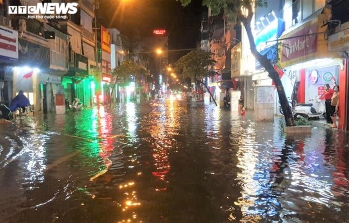 Ảnh: Hà Nội mưa lớn, nhiều tuyến phố Thủ đô biến thành sông - 3