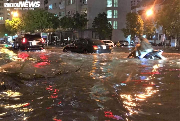 Ảnh: Hà Nội mưa lớn, nhiều tuyến phố Thủ đô biến thành sông - 5