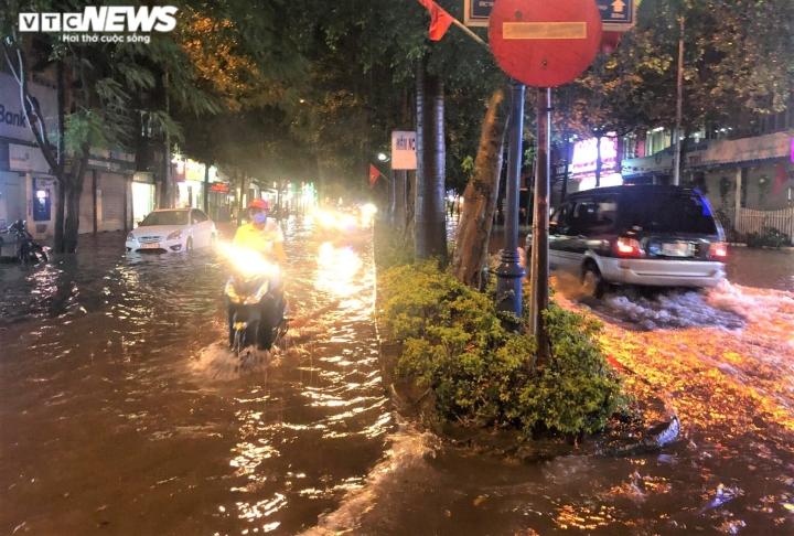 Ảnh: Hà Nội mưa lớn, nhiều tuyến phố Thủ đô biến thành sông - 9