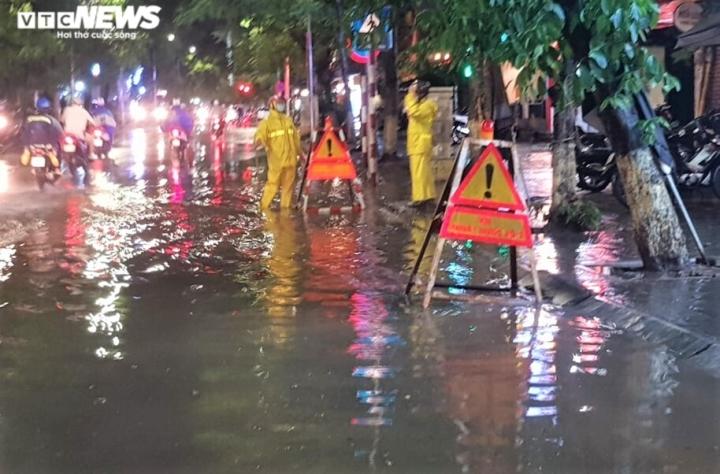 Ảnh: Hà Nội mưa lớn, nhiều tuyến phố Thủ đô biến thành sông - 10
