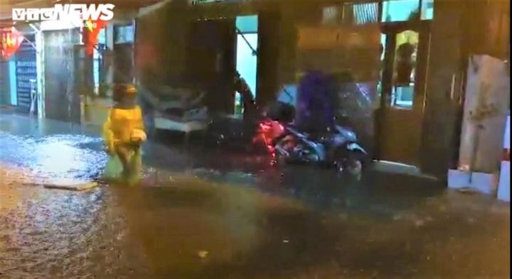 Ảnh: Hà Nội mưa lớn, nhiều tuyến phố Thủ đô biến thành sông - 8