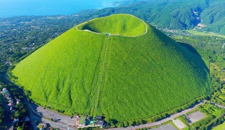 Ngọn núi lửa xanh mướt như bánh trà xanh siêu to dành tặng người yêu thiên nhiên - 1