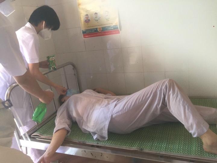 Ba nữ nhân viên y tế kiệt sức, ngất xỉu khi chống dịch ở Thuận Thành, Bắc Ninh - 2