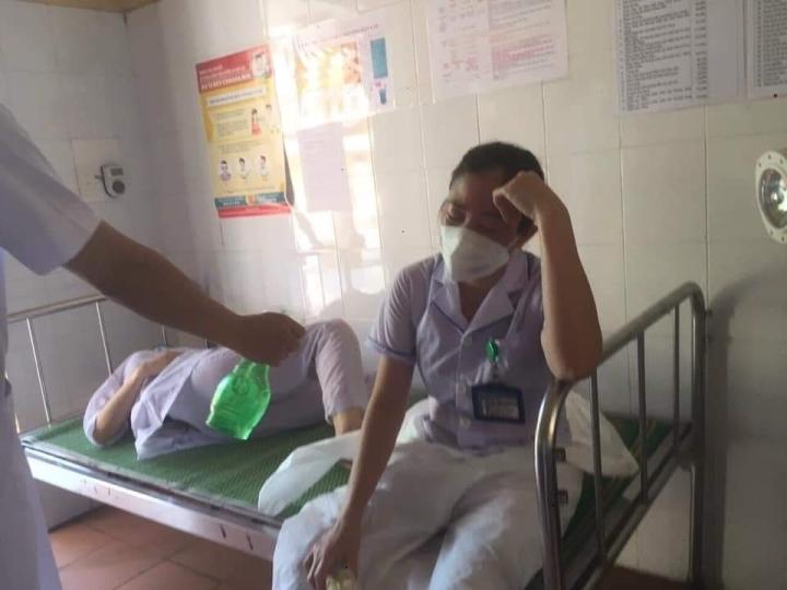 Ba nữ nhân viên y tế kiệt sức, ngất xỉu khi chống dịch ở Thuận Thành, Bắc Ninh - 3