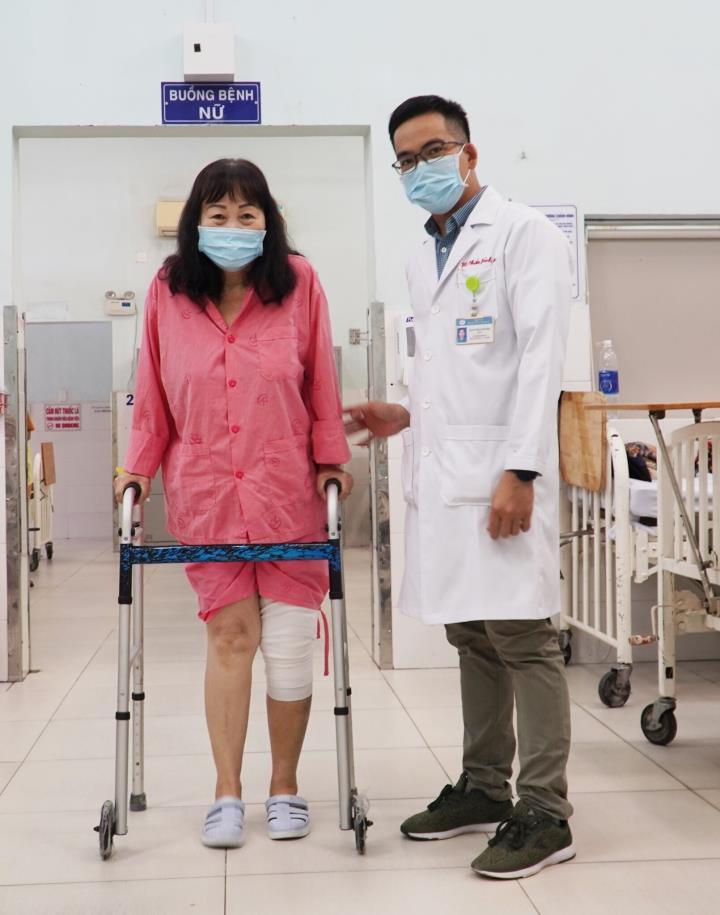 Lần đầu tại Việt Nam phẫu thuật thay khớp gối dạng bản lề bằng titanium - 3