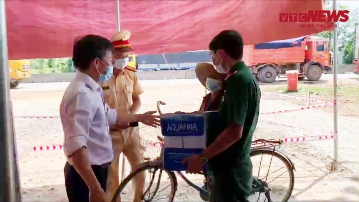 Video: Cụ bà 87 tuổi đạp xe mang cam, nước suối tiếp viện chốt chống dịch ở Huế