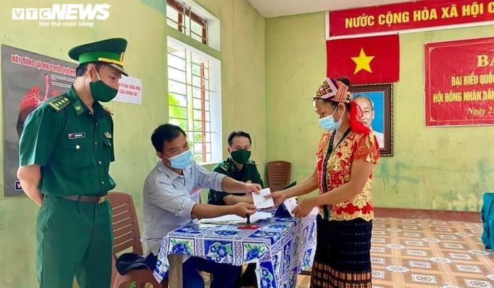 Đồng bào dân tộc thiểu số ở 4 huyện biên giới Nghệ An rộn ràng đi bầu cử sớm  - 3
