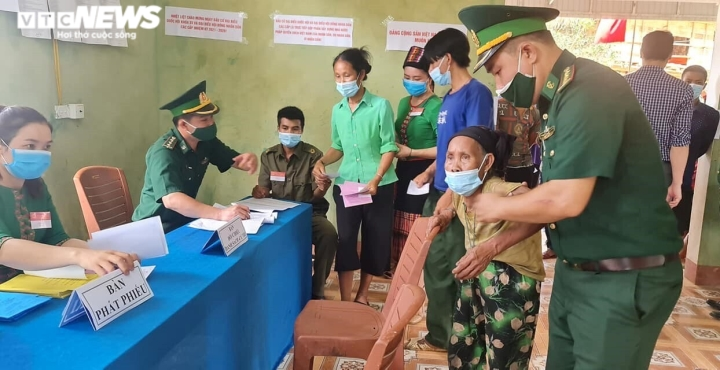 Đồng bào dân tộc thiểu số ở 4 huyện biên giới Nghệ An rộn ràng đi bầu cử sớm  - 2