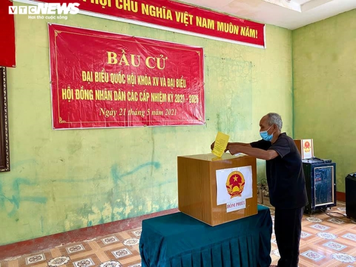 Đồng bào dân tộc thiểu số ở 4 huyện biên giới Nghệ An rộn ràng đi bầu cử sớm  - 4
