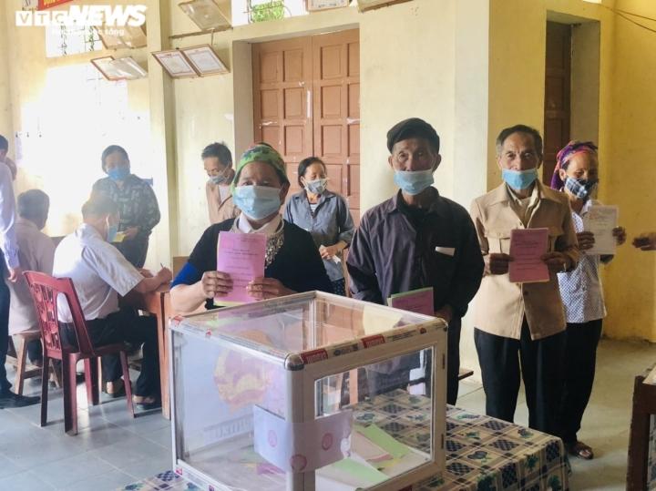 Đồng bào dân tộc thiểu số ở 4 huyện biên giới Nghệ An rộn ràng đi bầu cử sớm  - 8