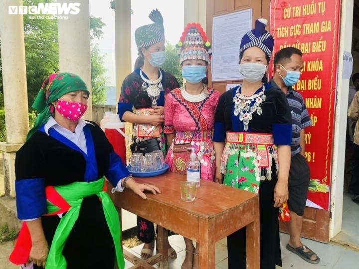 Đồng bào dân tộc thiểu số ở 4 huyện biên giới Nghệ An rộn ràng đi bầu cử sớm  - 6
