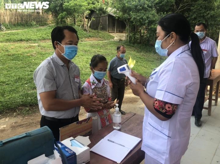 Đồng bào dân tộc thiểu số ở 4 huyện biên giới Nghệ An rộn ràng đi bầu cử sớm  - 9