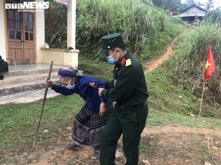 Đồng bào dân tộc thiểu số ở 4 huyện biên giới Nghệ An rộn ràng đi bầu cử sớm  - 7