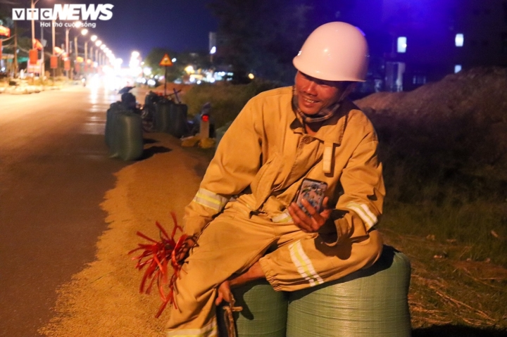 Ảnh: Tránh nắng 'như thiêu như đốt', nông dân Quảng Bình gặt lúa xuyên đêm - 6