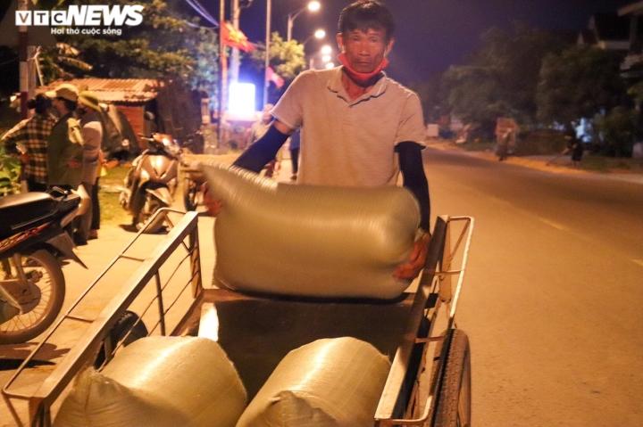 Ảnh: Tránh nắng 'như thiêu như đốt', nông dân Quảng Bình gặt lúa xuyên đêm - 8