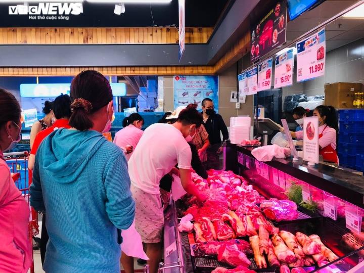Ảnh: Người dân TP.HCM đổ xô đi mua thực phẩm trước giờ giãn cách xã hội  - 6