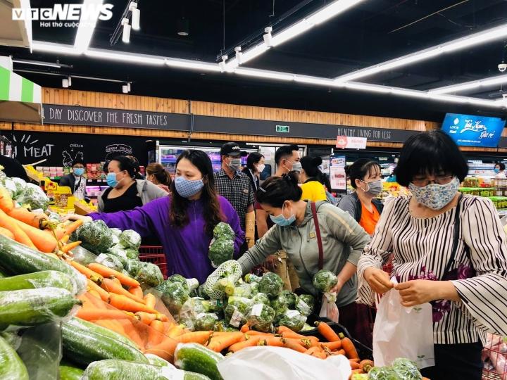 Ảnh: Người dân TP.HCM đổ xô đi mua thực phẩm trước giờ giãn cách xã hội  - 2