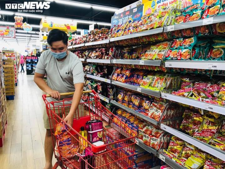 Ảnh: Người dân TP.HCM đổ xô đi mua thực phẩm trước giờ giãn cách xã hội  - 3