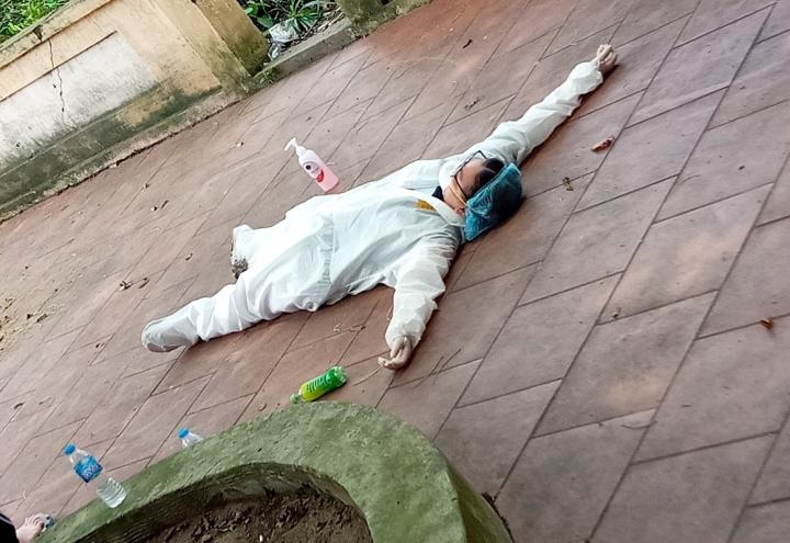 Xót xa hình ảnh sinh viên trường Y kiệt sức, ngất xỉu giữa tâm dịch - 6